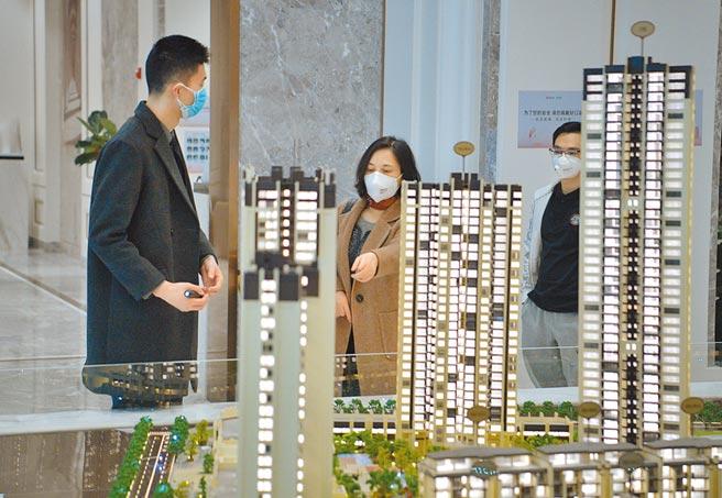 2月24日,四川成都一樓盤銷售部,購房者在查看瞭解樓盤。(中新社)