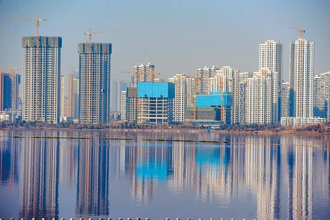 湖北武漢某處在建大樓櫛次鱗比。(中新社資料照片)