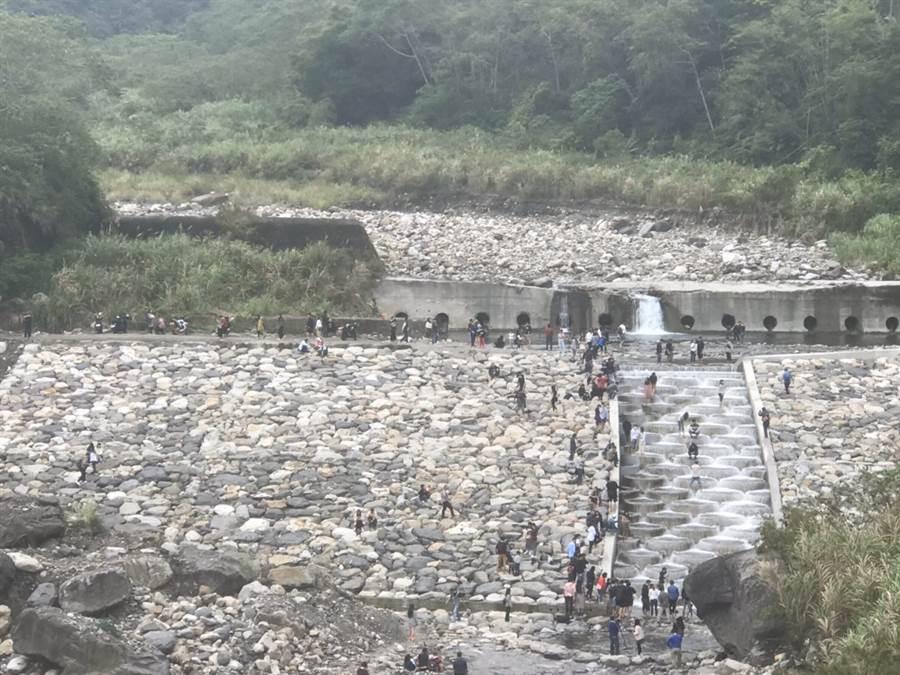 台中烏石坑溪最近完成魚梯工程,因為激似土耳級棉堡的美景在網路上爆紅。(和平警分局提供/陳淑娥台中傳真)