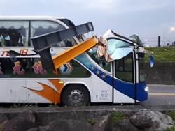 宜蘭遊覽車自撞限高架 2人受傷