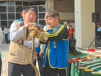 台南捕蜂抓蛇專責化 警消卸重擔