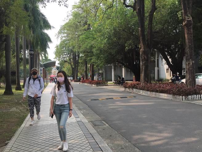 學生在空曠校園也都戴口罩自我保護。(曹婷婷攝)