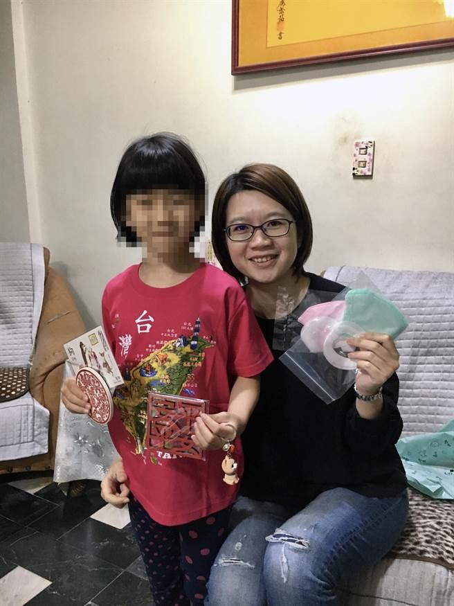 台南市政府社會局社工準備許多禮物送給小芳。(社會局提供/洪榮志台南傳真)