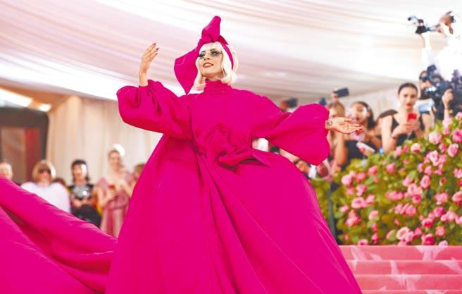 女神卡卡去年身穿Brandon Maxwell設計的桃紅蓬裙參加Met Gala。(美聯社)