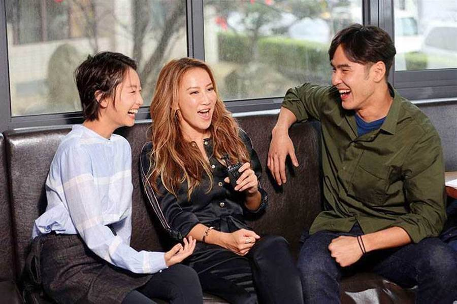 阮經天與周冬雨(左)曾經傳過緋聞,還一起拍攝李玟的MV。(圖/CL Production提供)