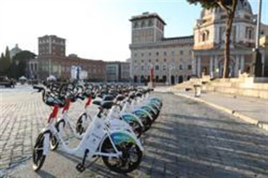 3月16日在義大利首都羅馬拍攝的共用單車。(照片取自新華社)