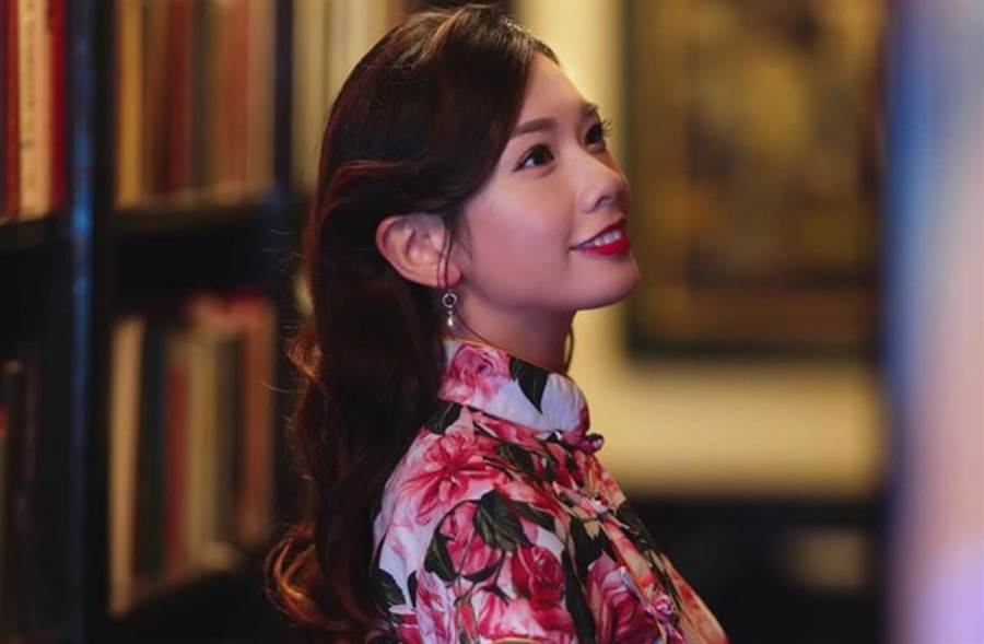 27歲的香港主播梁凱寧(Maggie)穿上旗袍超亮眼。(圖/IG@maggieleung0722)