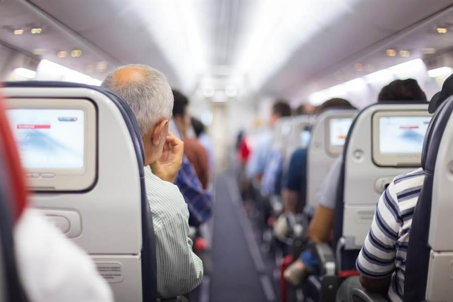 不少旅客選擇搭商務艙,認為只要多花點錢,就能降低感染機率,不過台大感染科醫師黃立民卻直言「搭商務艙傳染風險和經濟艙差不多」。(達志影像)