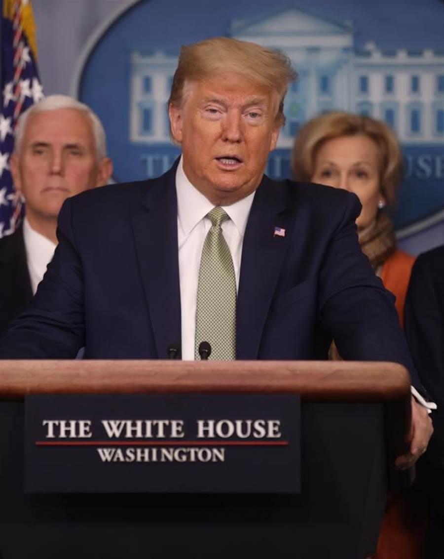 美國總統川普宣布嚴格的抗疫措施,態度轉變據稱與英國的一項研究有關。(路透)