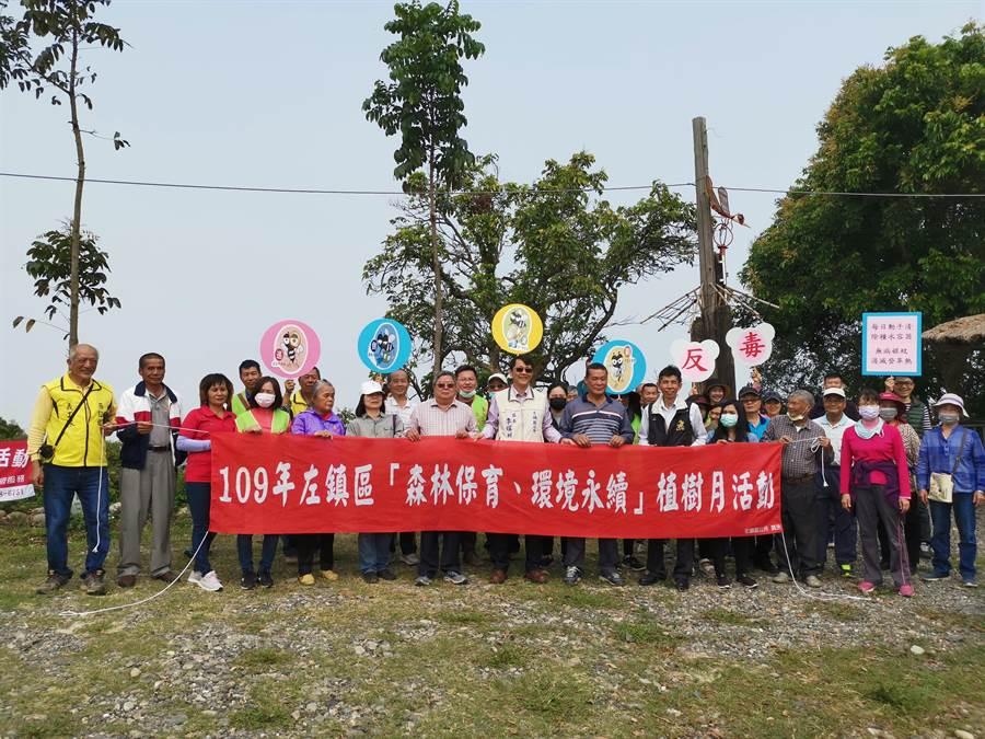 台南左鎮區公所18日舉行「植樹月」活動,上午在草山南167-1線308高地道路兩旁的閒置空地種植洋紅風鈴木、大花紫薇等樹苗。(劉秀芬攝)
