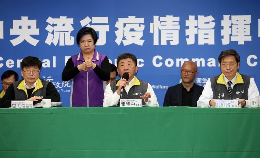 中央流行疫情指揮中心指揮官陳時中(中)18日宣布,全台累計病例數達100例。(本報資料照/姚志平攝)