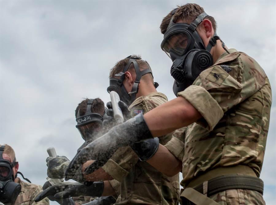 美國國防隊表示,他們願意提出高級口罩以及呼吸器。(圖/美國陸軍)