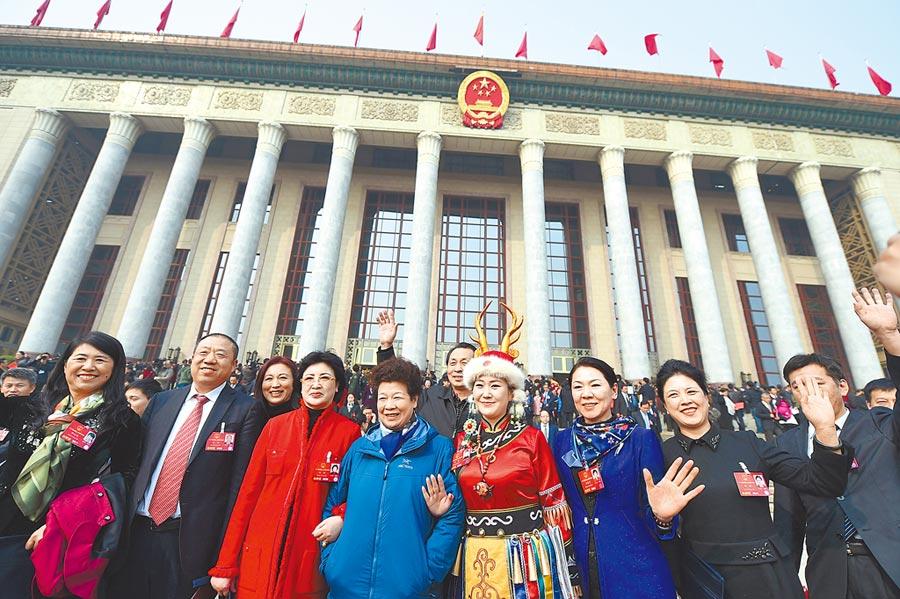 2016年3月16日,第十二屆全國人民代表大會第四次會議閉幕會後,代表走出人民大會堂。 (新華社)