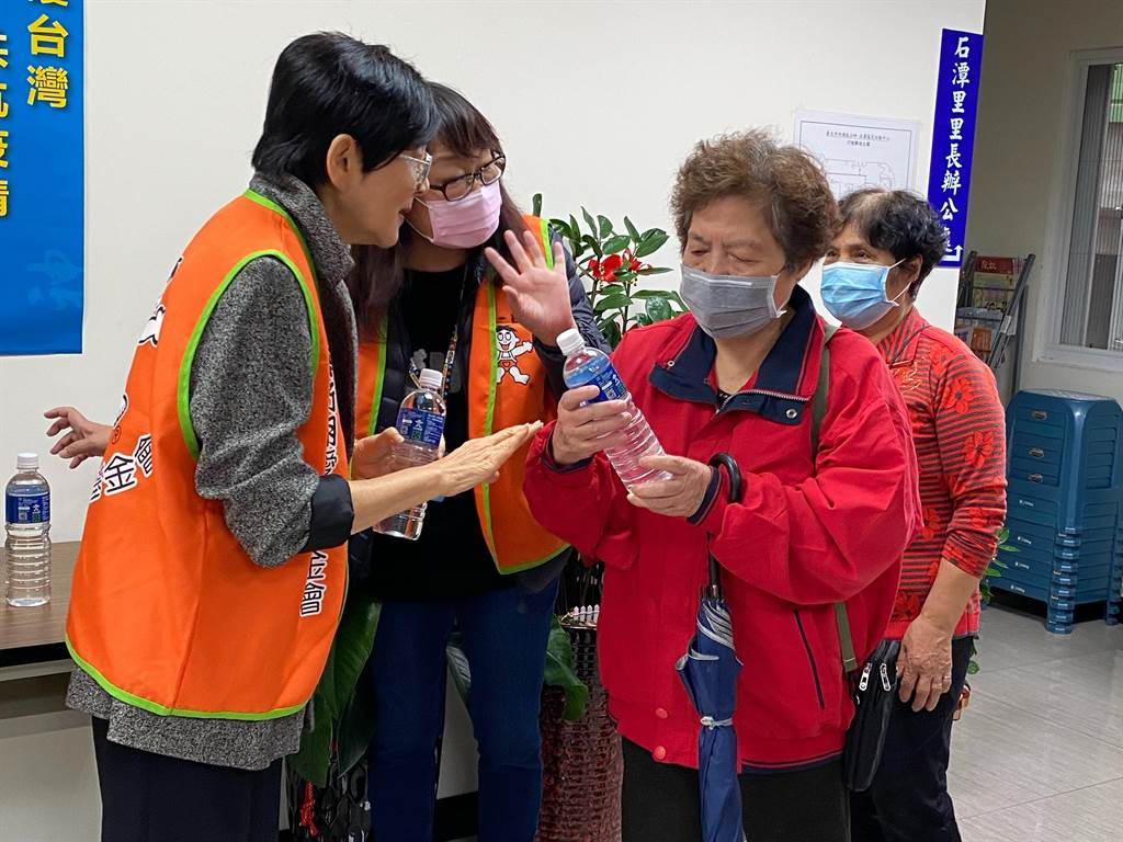 蔡衍明愛心基金會以捐贈方式發送600ml水神抗菌液給北市弱勢家庭。(游念育攝)