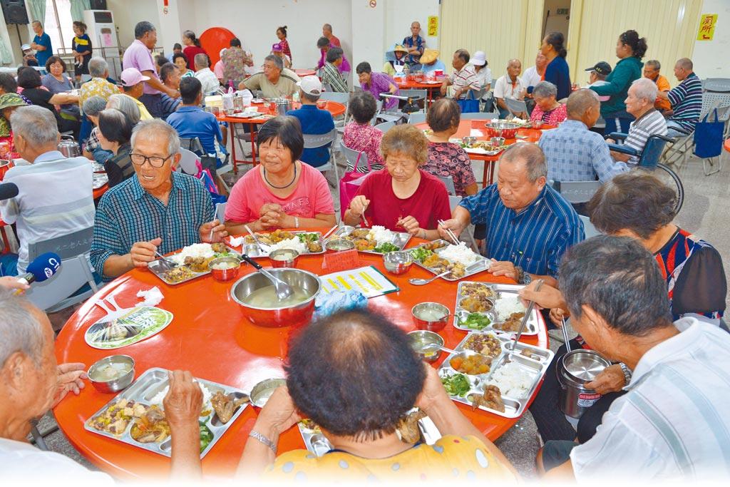 因應新冠肺炎流行疫情急速升溫,雲林縣政府宣布長青食堂即日起停止共餐,全面以餐盒外帶。(周麗蘭攝)