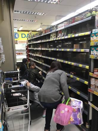 疫窩瘋搶泡麵、罐頭、衛生紙 賣場籲:勿恐慌、貨量足