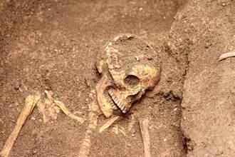 古墓挖出蒙面公主 活埋前慘遭酷刑凌遲