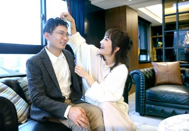 王宥忻為老公整理頭髮。(粘耿豪攝)