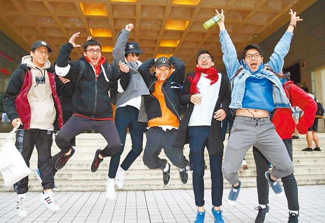 大學繁星推薦結果揭曉,圖為今年考生於結束學測考試後開懷雀躍慶祝。(本報資料照片)