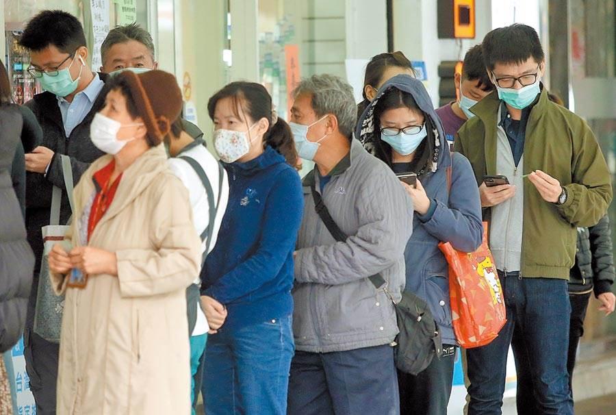 口罩實名制2.0 近118萬人完成預約;圖為民眾在藥局排隊買口罩。(本報系資料照片)