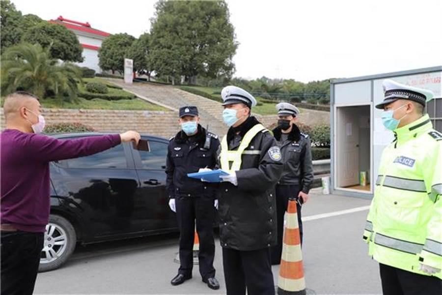 民警近來在交通關卡執勤 。(取自法制日報)