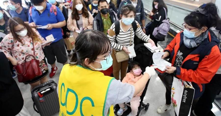 境外移入案例大爆發,目前台灣新冠肺炎確診案例已達100例,專家同時認為病毒已轉移攻擊上呼吸道。(圖/報系資料照)