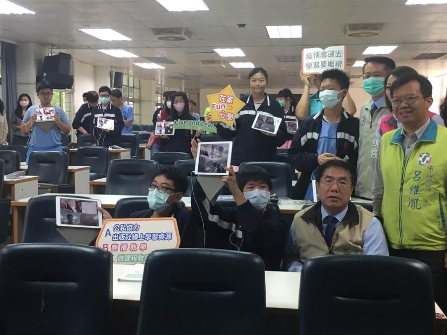 台南市教育局超前部署,今天在崇明國中實際演練線上直播教學。(曹婷婷攝)