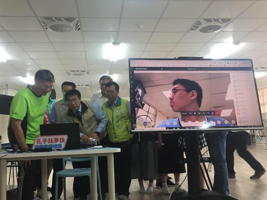 台南市教育局超前部署,今天在崇明國中實際演練線上直播教學,台南市長黃偉哲也透過電腦跟學生對話。(曹婷婷攝)