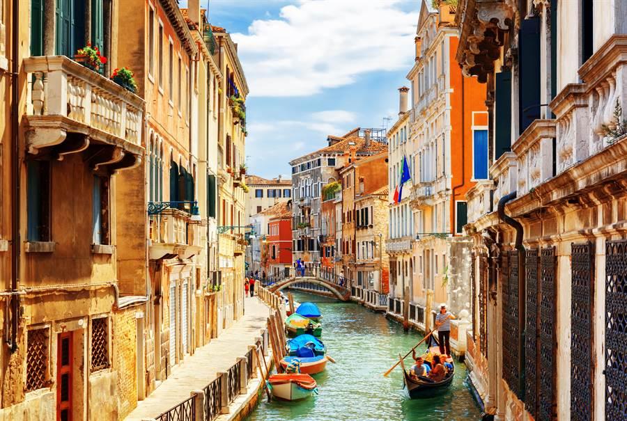 義大利再添475死亡,網見狀嚇得頭皮發麻。(示意圖/Shutterstock)