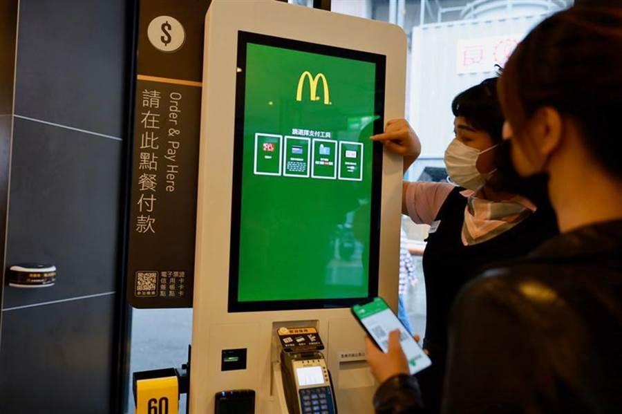 減少買賣雙方接觸紙鈔機率,台灣麥當勞已低調導入LINE Pay支付系統。(圖/台灣麥當勞)