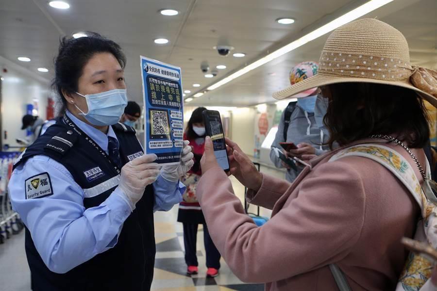 自19日起,外國人禁止入境,本國人入境時都須填寫健康聲明卡,並居家檢疫14天。(陳麒全攝)