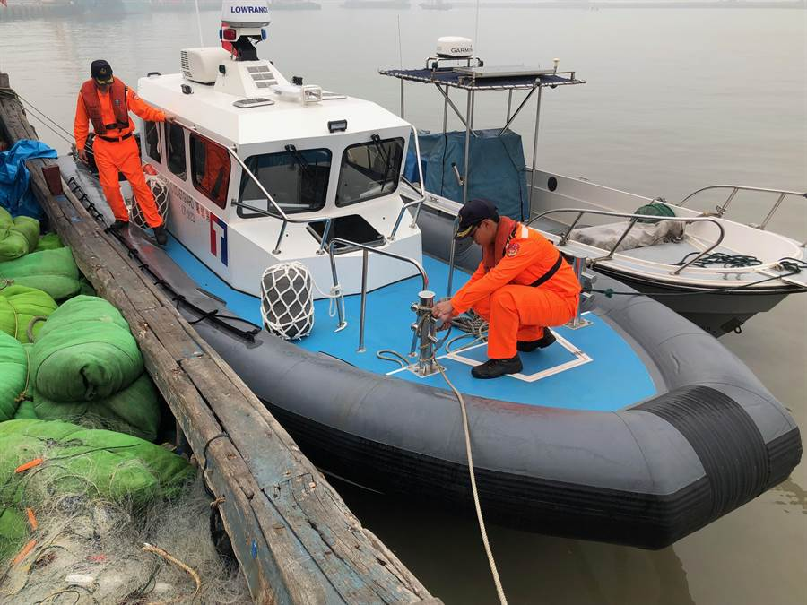 遭到陸船圍攻的海巡快艇,停泊在料羅港區等待維修。(李金生攝)