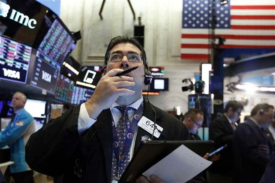 川普撒錢救市無效?美股道瓊期一度暴跌880點。(美聯社資料照)