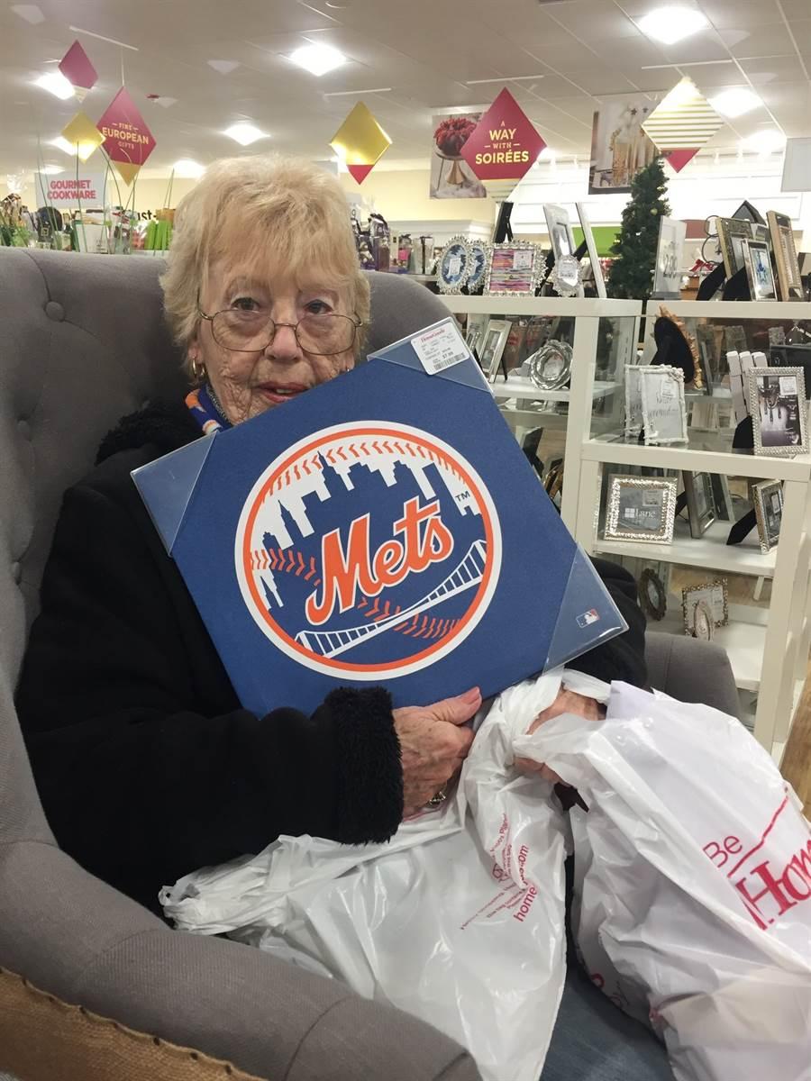 82歲的凱瑟琳是大都會死忠球迷。(截自推特@allyhenglein/鄧心瑜傳真)