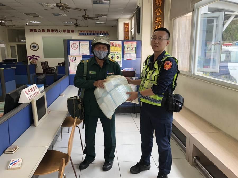 台中沙鹿所員警協助郵差尋獲800片遺失口罩。(清水分局提供/王文吉台中傳真)