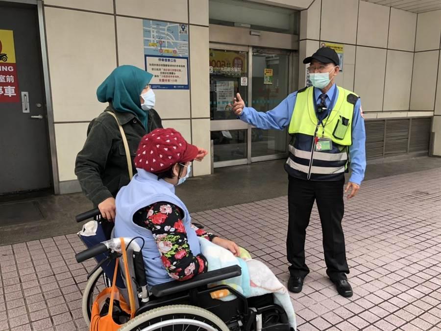 印尼籍看護阿妮拾獲800片口罩,並交給光田綜合醫院急診室外值班的保全保管。(光田醫院提供/王文吉台中傳真)