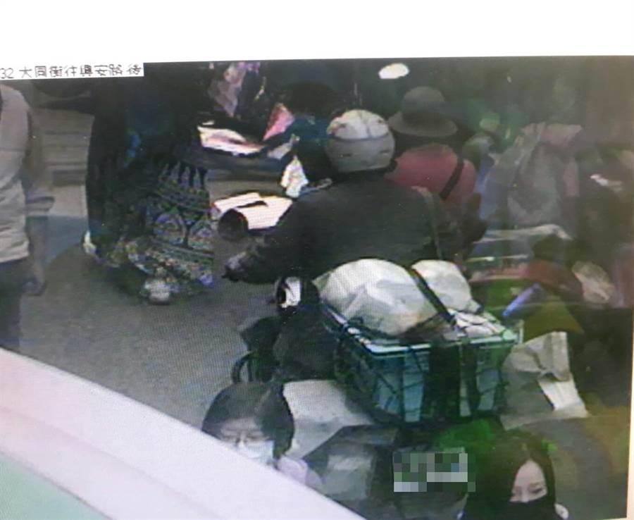 承辦員警調閱郵差投遞路線的監視器,確認在沙鹿區大同街時口罩仍綁在車上。(清水分局提供/王文吉台中傳真)