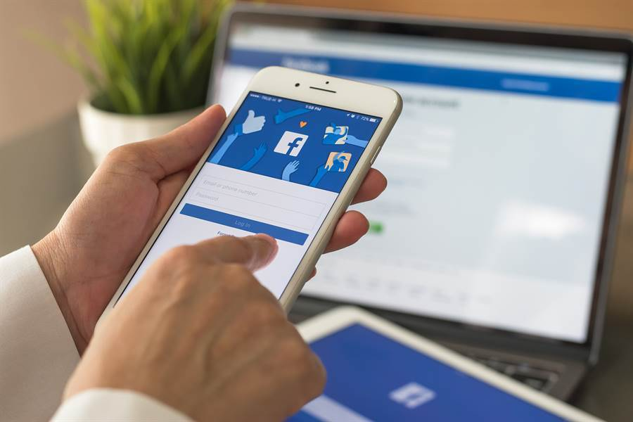 Facebook 宣布將會在用戶的動態消息頂端呈現正確的疫情與防疫相關資訊,協助打好這場戰「疫」。(達志影像/shutterstock提供)