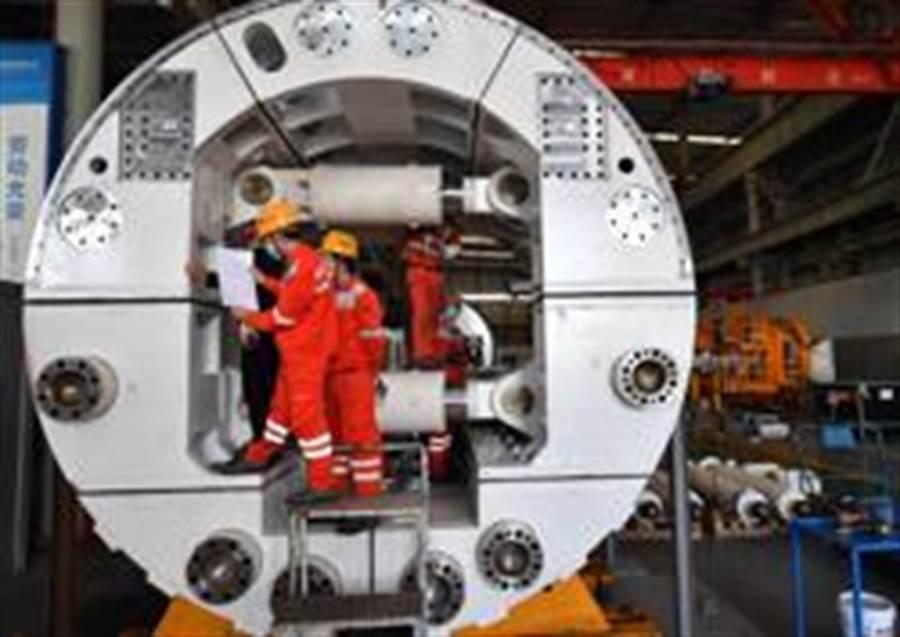 3月18日,工人在位於河南省鄭州市的中鐵工程裝備集團盾構機總裝車間作業。(照片取自新華社)