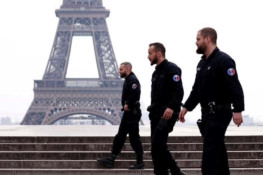 為防堵新冠肺炎疫情擴散,法國自17日正午起全面實施封城,不過第一天過去,仍有超過4,000人違規出門。圖為執法單位在街上巡邏的畫面。(圖/路透社)