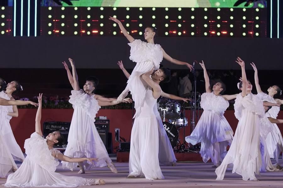 台灣青年舞團燈會於主舞台演出劇照。(台中市政府提供/陳世宗台中傳)