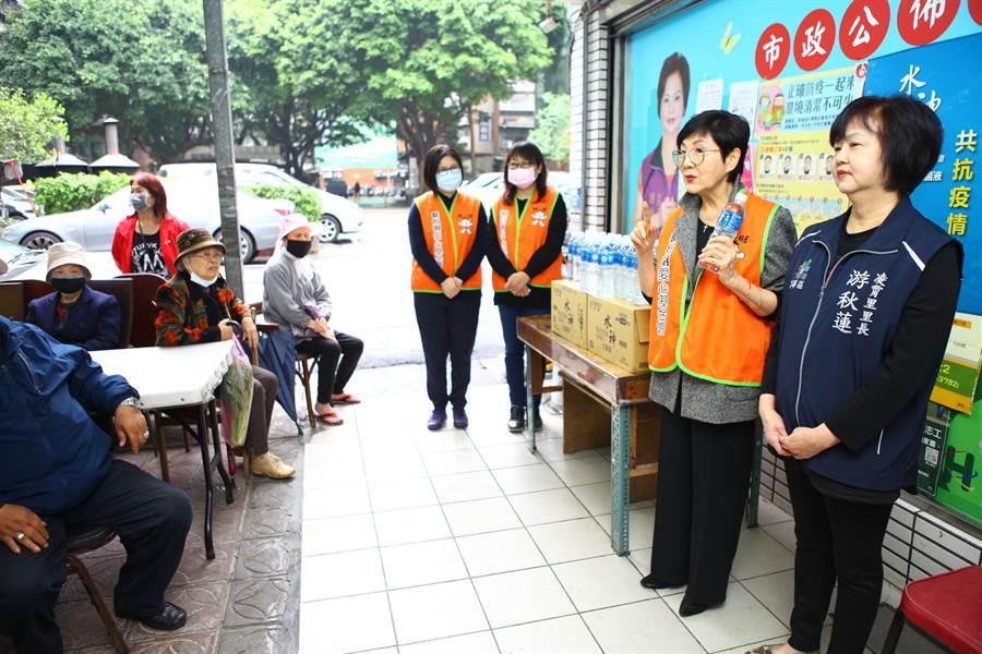 蔡衍明愛心基金會發起「守護台灣、共抗疫情」活動,免費發送600毫升水神抗菌液。(張立勳攝)