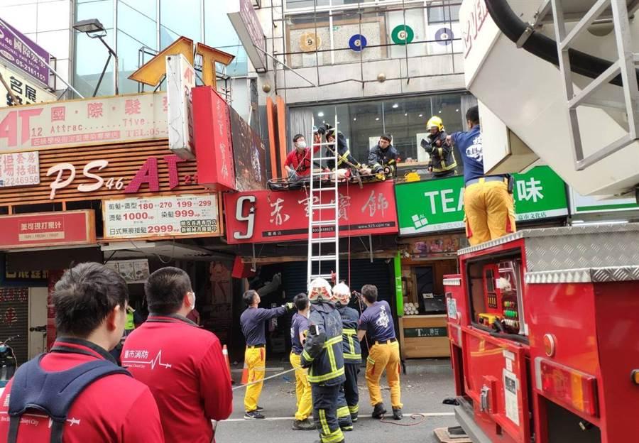 嘉義市消防局人員架梯搶救男子。(讀者提供/廖素慧嘉義市傳真)
