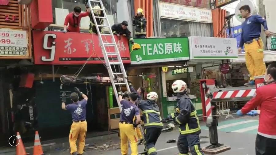 嘉義市消防局人員架梯用單架搶救男子下樓。(讀者提供/廖素慧嘉義市傳真)