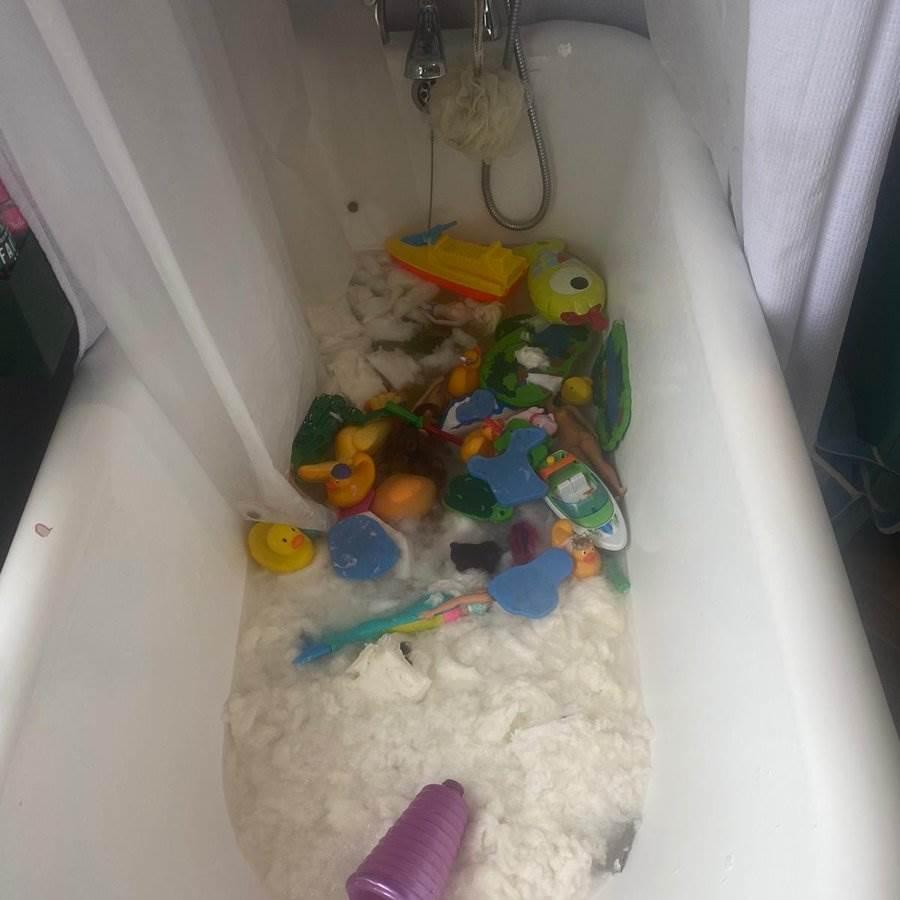 英國一名媽媽搶到的18卷衛生紙,被朋友的小孩丟進浴缸變「紙漿」。(圖/翻攝自推特)