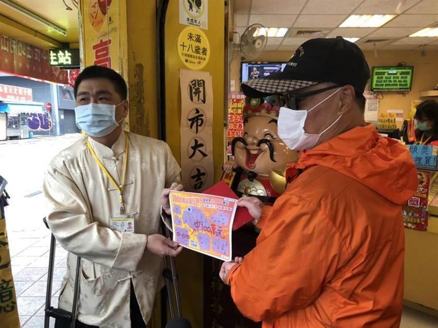高進發彩券行老闆姜村隆(左)花了二個月時間找到刮中百萬元失主(右)。(圖/黃惠聆)