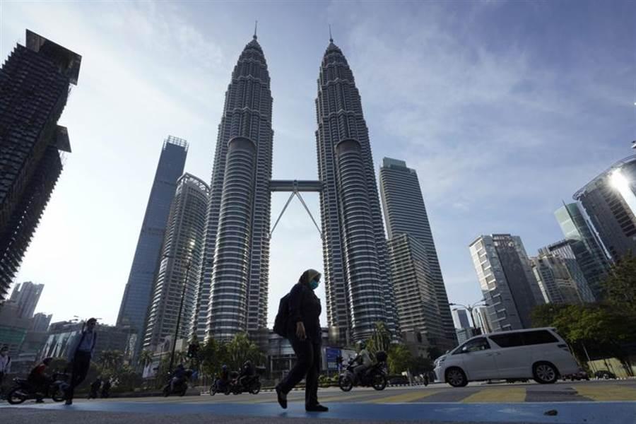 馬來西亞宣布鎖國抗疫後,首都吉隆坡的人群明顯減少,以往塞車的景象不復存在。圖為吉隆坡雙子星。(美聯社)