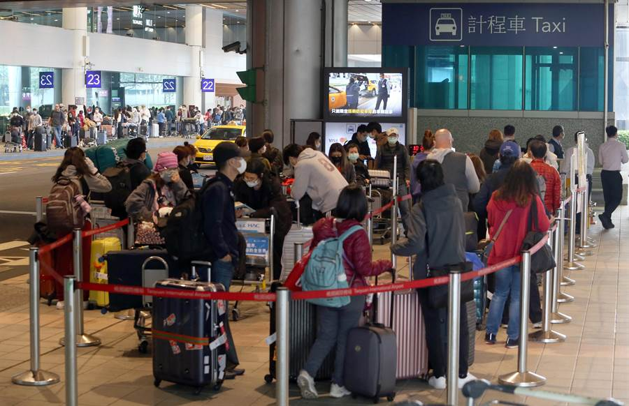 中央疫情指揮中心公告,自19日凌晨0時起,所有入境旅客須居家檢疫14天,旅客無親友接機,只能搭乘防疫計程車。(陳麒全攝)