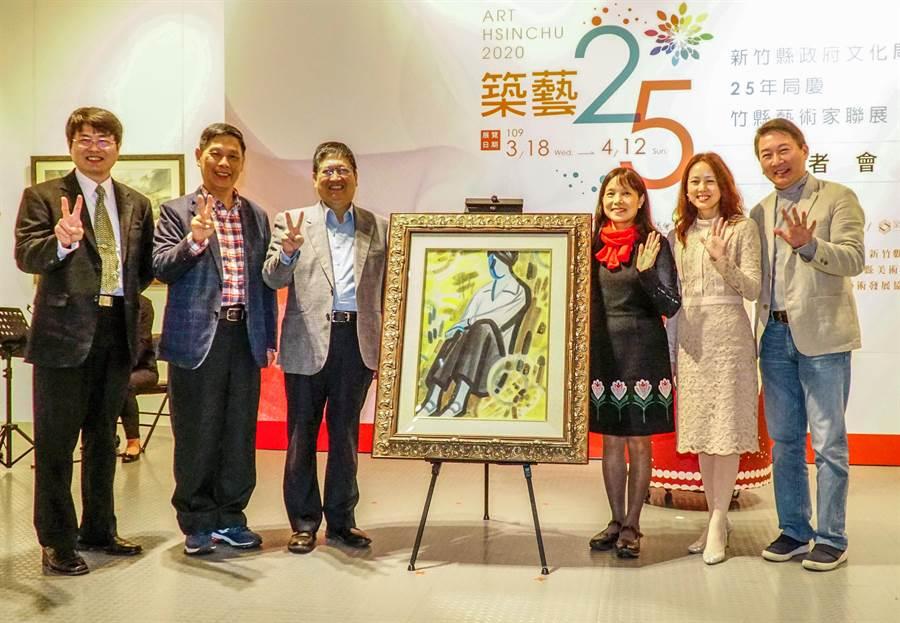 新竹縣文化局成立25年局慶,縣長楊文科( 左三)和歷任局長在蕭如松老師的作品「少女」合影。(羅浚濱攝)