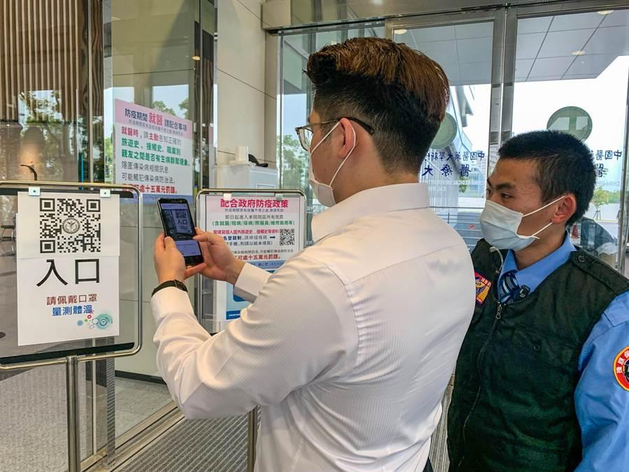 中醫大新竹附設醫院將TOCC電子化,讓民眾在院方前後門及急診室門口掃QR CODE。(羅浚濱攝)
